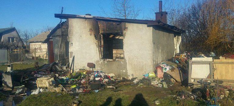 Wykadrowana część zdjęcie przedstawiająca spalony dom