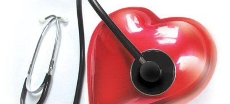 Grafika przedstawia serce i stetoskop
