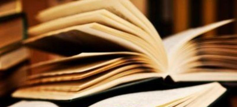 Grafika przedstawia otwarte książki