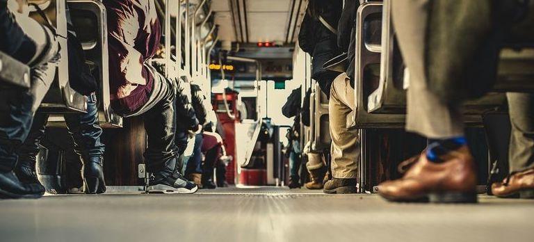 Wnętrze autobusu z pasażerami, widok z tyłu z dołu
