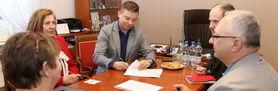 Podpisana umowa z wykonawcą na montaż instalacji fotowoltaicznych w ramach projektu OZE w Gminie Wólka- montaż pomp ciepła i ogniw fotowoltaicznych
