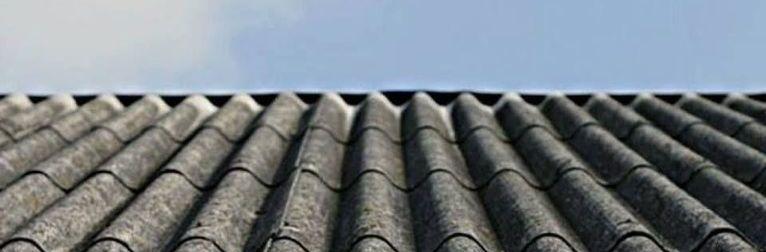 Grafika przedstawia azbest na dachu oraz niebo