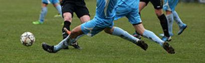 Nogi Piłkarzy z piłką