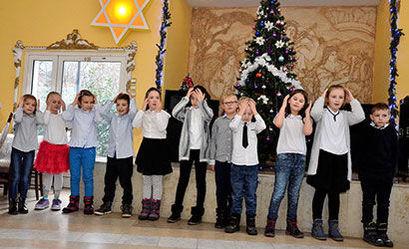 Grupa dzieci podczas występu