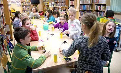 Dzieci podczas prac plastycznych w bibliotece