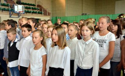 Grupa dzieci podczas apelu