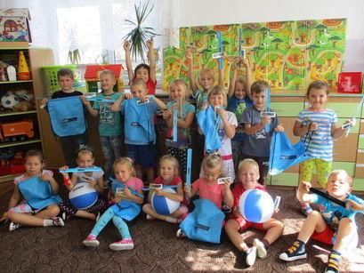 grupa dzieci z plakatami
