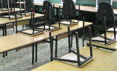 Krzesła na ławkach w sali