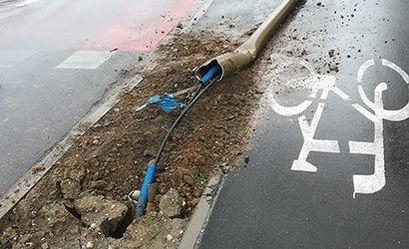 Uszkodzona lampa przy ścieżce rowerowej