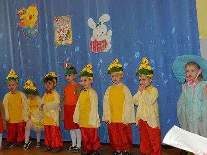 Dzieci w przebraniach podczas występu