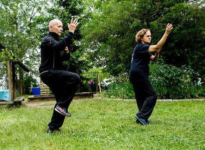 Dwie osoby na zdjęciu ćwiczące