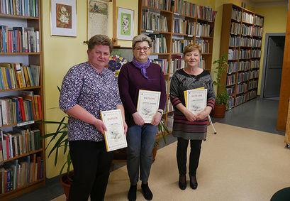 Trzy osoby na zdjęciu z dyplomami