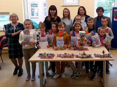 Grupa dzieci z nagrodami i matkami