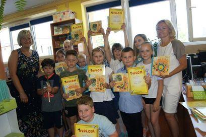 Grupa dzieci z nagrodami