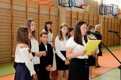 Prezmówienie uczennicy podczas zakończenia roku szkolnego