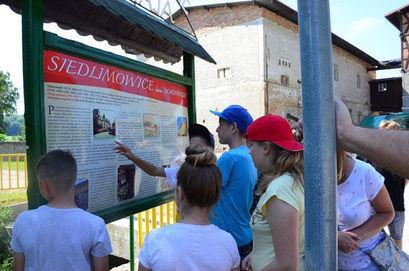 Dzieci przy tablicy informacyjnej