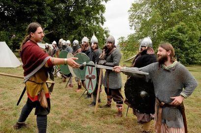 Ludzie przebrani w średniowieczne stroje