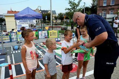 Policjant rozdający nagrody dzieciom