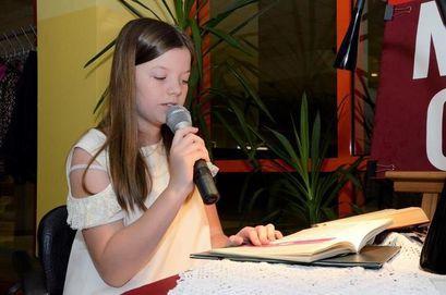 Dziewczynka śpiewająca