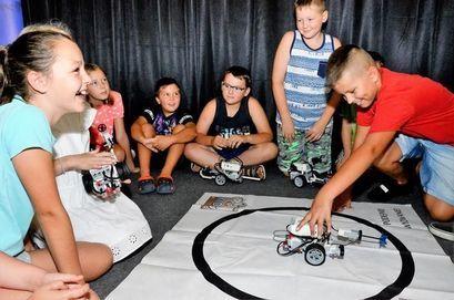 Dzieci podczas zajęć robotyki