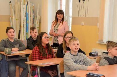 Dzieci w ławkach podczas lekcji