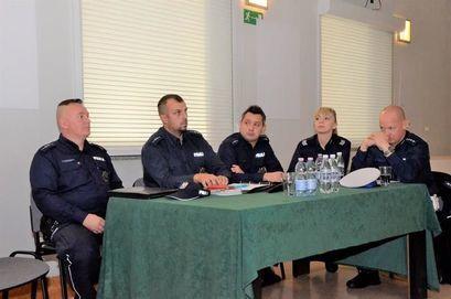 Policjanci przy stole