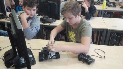 Dzieci podczas zajęć z robotyki