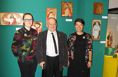 Pan Czesław w towarzystwie dwóch kobiet