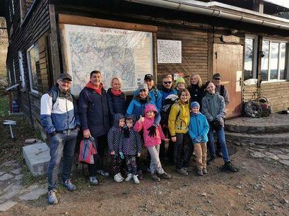 Grupa osób dzieci i dorosłych uczestnicząca w wyprawie