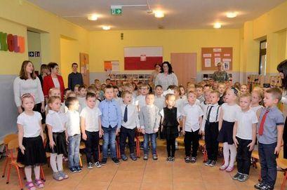 Grupa dzieci w przedszkolu z Paniami opiekunkami
