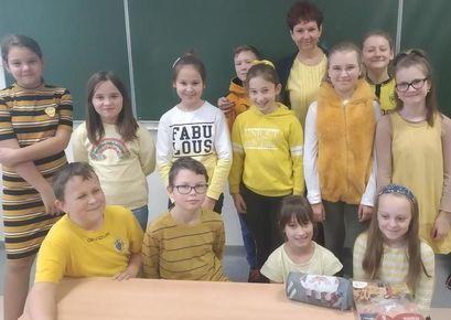 Grupa uczniów ubrana na zółto