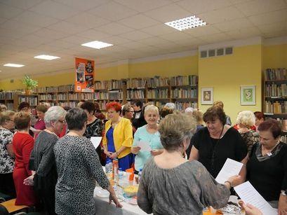Tłum ludzi w bibliotece