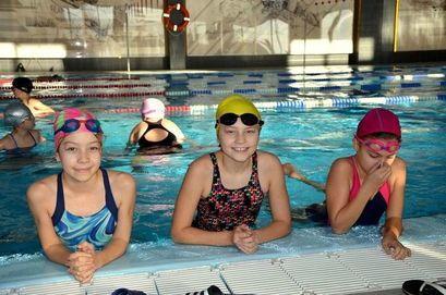Pływacy na basenie