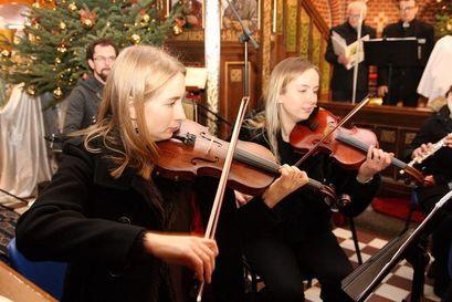 Dwie kobiety grające na skrzypcach