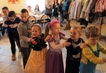 Dzieci tańczące wężyka