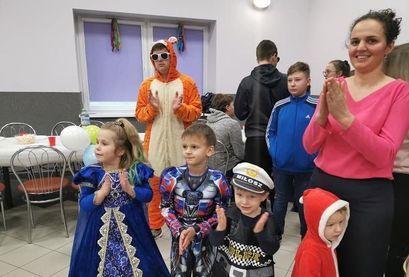 Dzieci i dorośli podczas zabawy karnawałowej