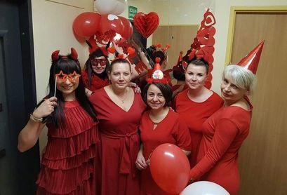 Grupa kobiet ubrana na czerwono