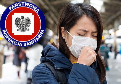 Osoba kaszlącą w maseczce z logo Państwowa Inspekcja Sanitarna