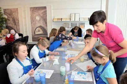 Dzieci podczas prac plastycznych