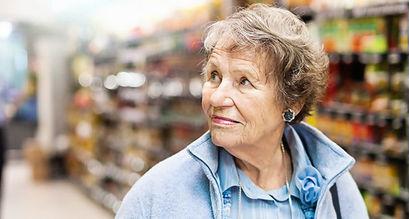 Starsza osoba w sklepie