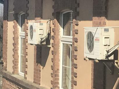 Klimatyzatory na budynku