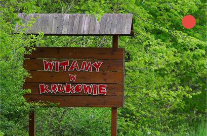 Tablica drewniana z napisem  WITAMY W KRUKOWIE