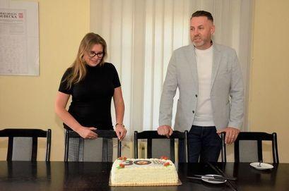 Kobieta i mężczyzna, przed nimi tort