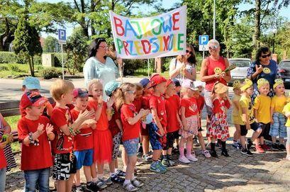 Grupa dzieci z transparentem Bajkowe przedszkole