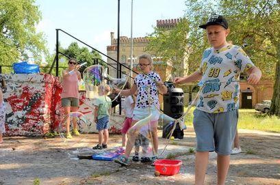 Dzieci podczas robienia baniek