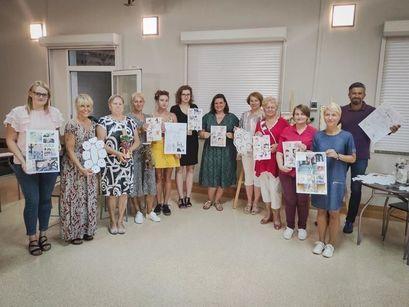 Zwycięska grupa jedenastu kobiet w projekcie Gminna Kultura Powszechna realizowanego przez GCKiS w Żarowie. Z prawej strony stoi dyrektor Gminnego Centrum Kultury i Sportu w Żarowie.