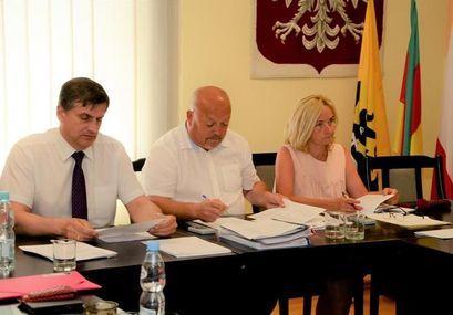 Od lewej siedzą: Burmistrz Leszek Michalak, Przewodniczący Rady Miejskiej Roman Konieczny, wiceprzewodnicząca Rady Miejskiej Iwna Nieradka podczas obrad sesji Rady Miejskiej.