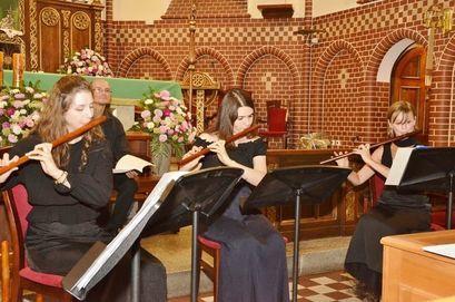 Muzycy grający na instrumentach podczas letniego koncertu Festiwalu Bachowskiego w żarowskim kościele.