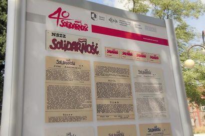 """Tablica prezentująca zdjęcia na wystawie """"40 lat Solidarności"""""""