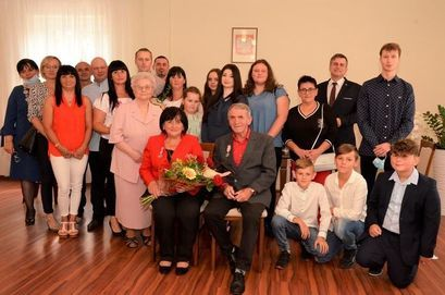 Rodzina, pracownicy Urzędu Miejskiego w Żarowie na wspólnym zdjęciu z jubilatami.